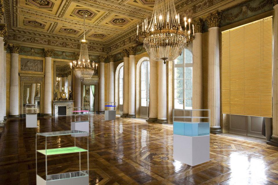 В инсталляции Энн Вероника Янссенс естественный свет был пропущен сквозь венецианские жалюзи золотого цвета