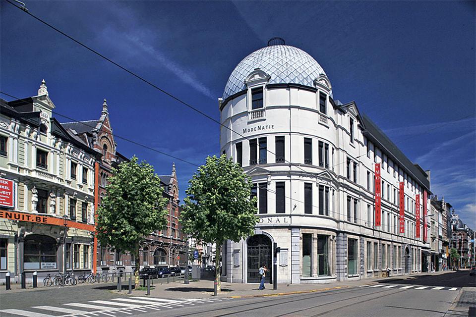 Здание музея моды MoMu в Антверпене