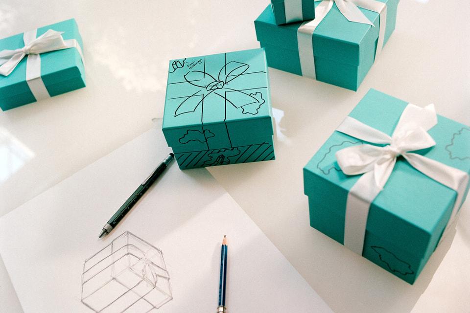 Скульптура The Bronze Eroded Tiffany Blue Box воспроизводит знаменитую коробочку во всех деталях – даже ее неизменный бант