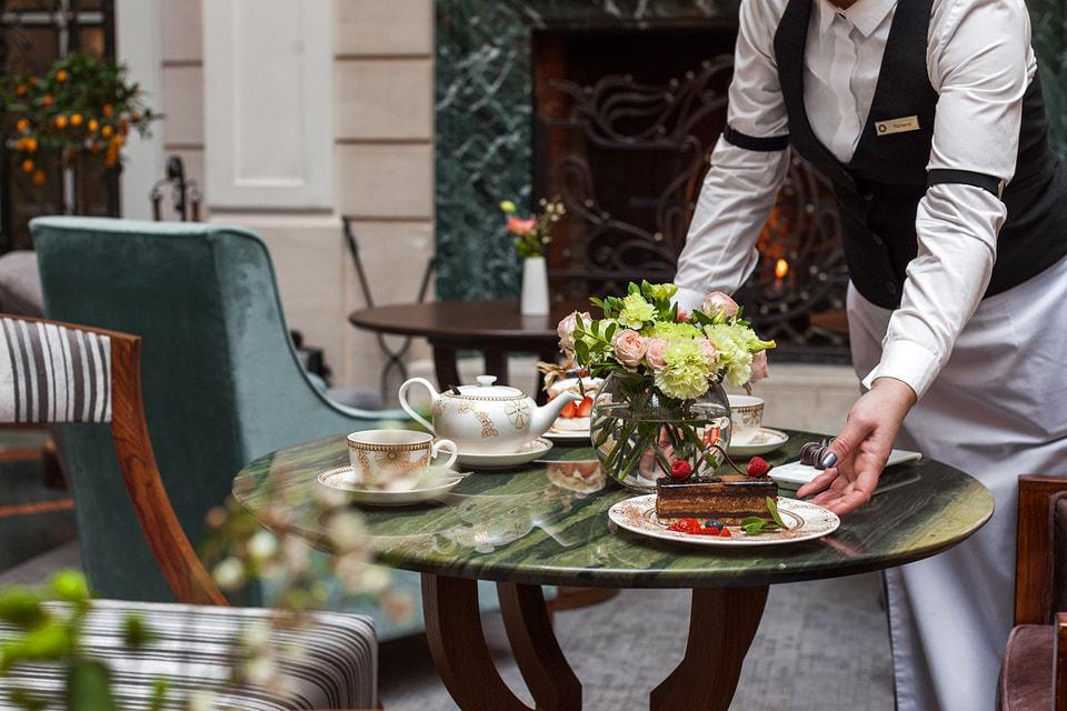 В кондитерской «Гранд Отеля Европа» есть и свои сладкие шедевры