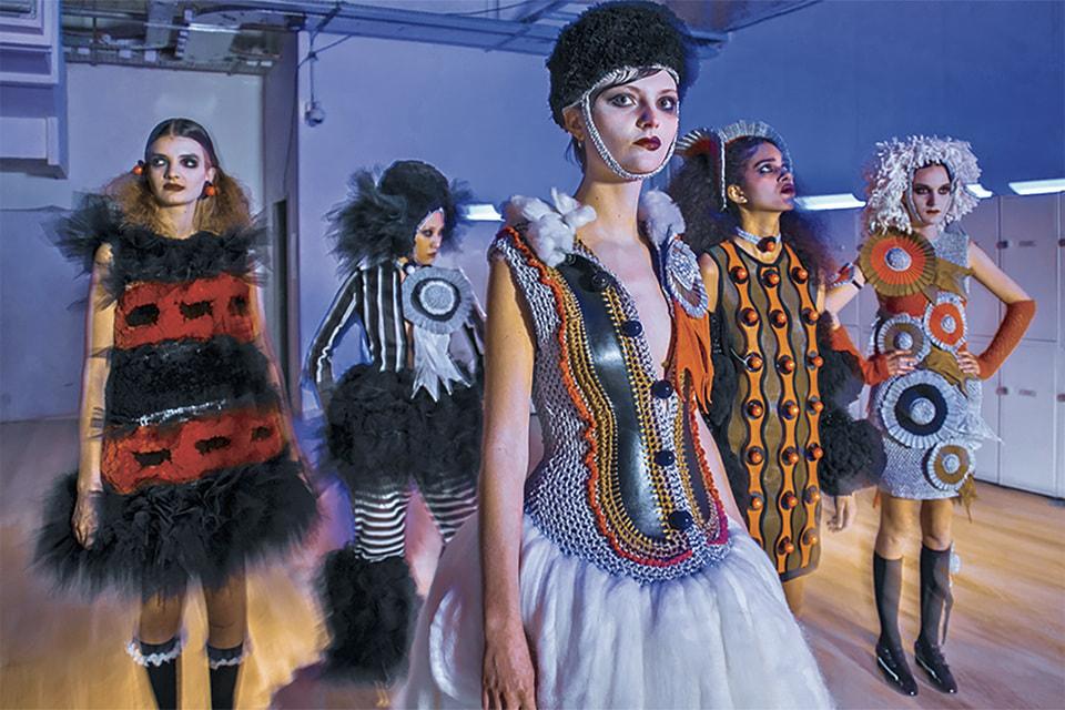 Модели выпускников IFM, ведущей школы моды Франции, на неделе моды в Париже, 2021
