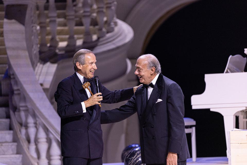 Аукционист Симон де Пюри и ювелирный дизайнер Фаваз Груози в финале благотворительного аукциона