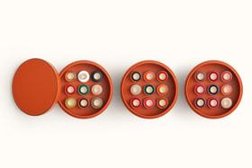 Коллекция лаков для ногтей Les Mains Hermes в 27 цветах предлагается в кожаной коробке, созданной мастерами-кожевенниками Hermes