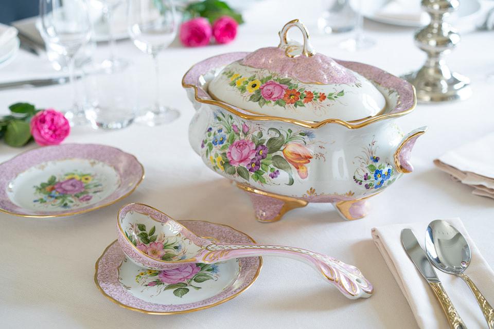 В XVIII веке гжель была многоцветной, и сегодня завод возрождает эту художественную традицию