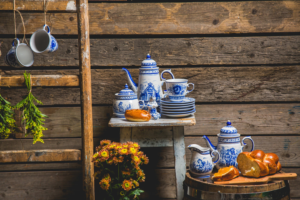 Художники  завода чтут вековые традиции, но также разрабатывают сложные рецептуры красок, стараясь сделать их более долговечными
