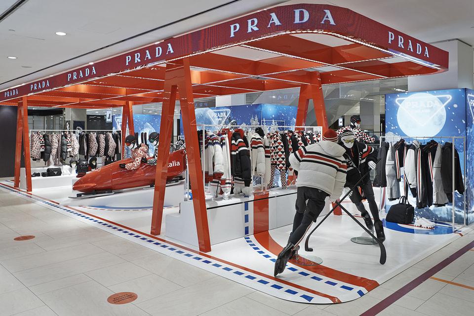 Красно-синие линии в оформлении pop-up пространства Prada On Ice повторяют разметку хоккейного поля