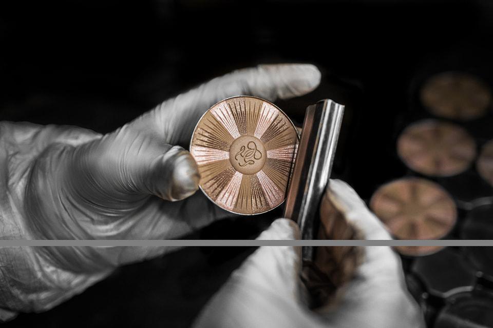 Декоративная косметика Дома Guerlain производится на заводе в Шартре, который носит название «Улей», поскольку золотая пчела – старинный символ Дома