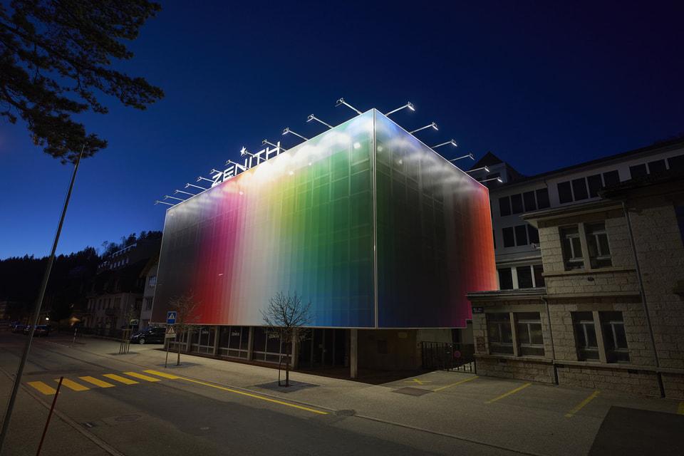 Современный street-art художник Филипе Пантоне спрятал здание мануфактуры Zenith в Ле Локле внутри своей гигантской работы и превратил его во временный объект искусства
