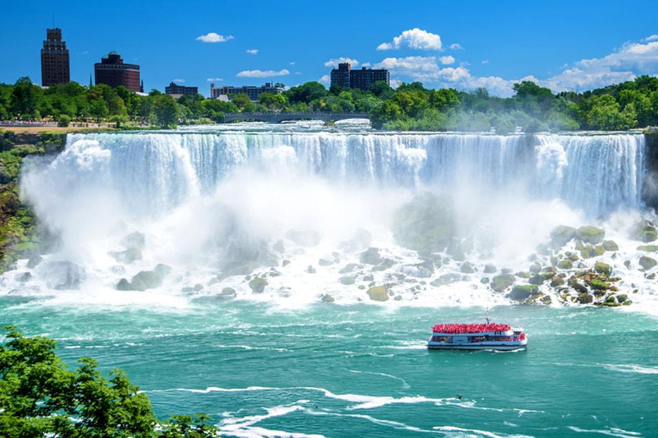 Ниагарский водопад на границе США и Канады — самый популярный