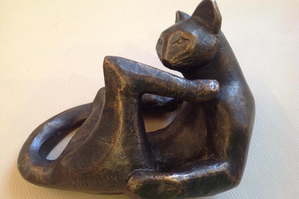 «Мадьяр 1» — оригинал работы венгерского скульптора Шандора Варади «умывающаяся кошка»