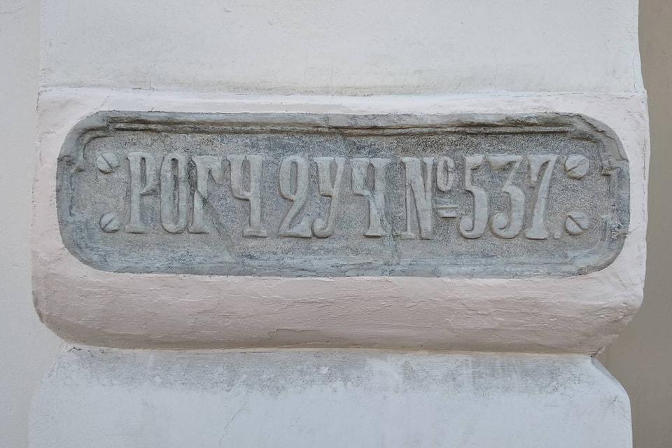 Адресная табличка «РОГЧ2УЧ№537» после реставрации