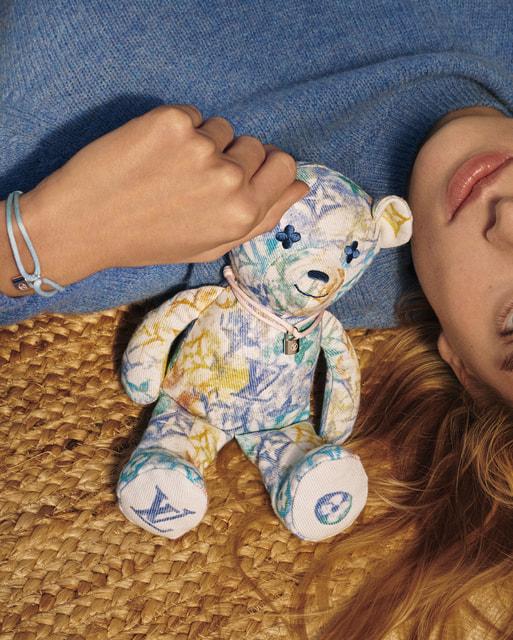 Впервые созданная в рамках союза с UNICEF игрушка-медвежонок Doudou Louis также будет продаваться с целью сбора средств на гуманитарные программы Детского фонда ООН